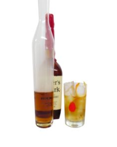 Cocktails mit einer rauchigen Note kennt man sonst nur durch den Gebrauch eines unter Torffeuer getrockneten Islay Whiskies, oder einer anderen rauchigen Spirituose. Doch es gibt Möglichkeiten einen Cocktail mit Rauchnoten zu versetzen. Doch wie kommt der Rauch in das Glas? Es gibt verschiedene Möglichkeiten wie etwa räuchern von Eis, dabei gibt man Holzhackschnitzel in einen Topf, erhitzt den Topf bis Rauch entsteht und lässt in einer wasserdichten Form in den Topf Eiswürfel schmelzen. Die…