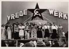 Politieke bijeenkomst Koor van in klederdracht gehulde mannen en vrouwen op een podium in de buitenlucht. 1935 Collectie Stadsarchief Amsterdam #NoordHolland #Volendam