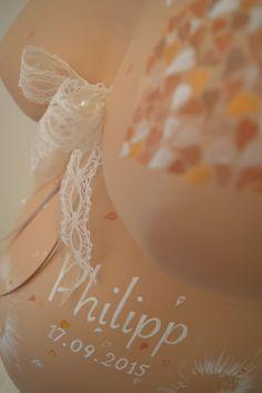 Baby Bauchabdruck aus Gips Hameln romantisch und zart in Creme weiß und taupe- braun  mit Perlen und Spitzenband