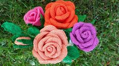 rose uncinetto con gambo aperte: schemi e tutorial - manifantasia Loom Knitting Patterns, Crochet Patterns, Flower Crafts, Crochet Flowers, Lana, Bouquet, Knit Crochet, San Valentino, Biscotti