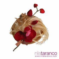 Tocado con base de rafia color arena, con adornos de orquídeas rojas y remete de fleco de plumas de avestruz y faisán en nude Inspiración en San Valentín... Headdress: San Valentine Inspiration