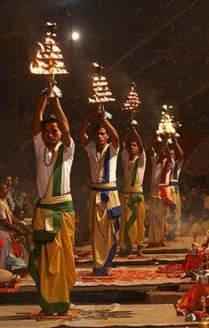 Aarti: Ceremonia del Hinduismo en Varanasi, India. Es un rito religioso de adoración a Dios. En la tradicional ceremonia Aarti, las flores representan la tierra, el agua a los líquidos, las lámparas o velas al calor, el incienso representa el estado purificado de la mente, y la propia inteligencia es ofrecida a través del orden de las ofrendas.