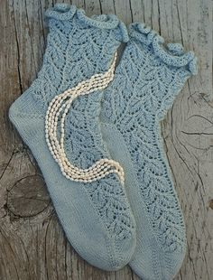 Drooping Elm Socks - free charming pattern by Elann