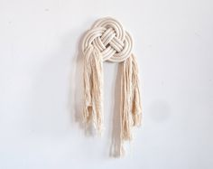 Designed to mimic the classic Chinese motif of two coins overlapping, the double coin knot was once believed by merchants to bring prosperity and is also used t Yarn Crafts, Sewing Crafts, Chinese Crafts, Macrame Wall Hanging Patterns, Bedroom Crafts, Macrame Design, Macrame Projects, Weaving Art, Macrame Knots