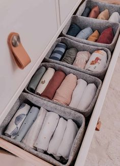 This gender neutral baby capsule wardrobe is minimal but with lots of flexibility to mix and match as well as include colour and pattern! Baby Wardrobe Organisation, Home Organisation, Room Organization, Baby Wardrobe Ideas, Wardrobe Organiser, Dresser Drawer Organization, Wardrobe Storage, Bedroom Storage, Baby Boy Rooms