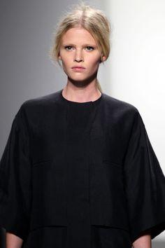 Lara Stone au défilé Calvin Klein Collection printemps-été 2011 http://www.vogue.fr/mode/en-vogue/diaporama/le-top-lara-stone-en-50-looks/5478/image/400390#!11