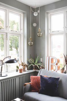 """Farver giver en helt anden ro end hvid"" Scandinavian Loft, Scandinavian Apartment, Berlin Apartment, Bohemian Apartment, Green Velvet Sofa, Interior Styling, Interior Design, Studio Apartment Decorating, Nordic Home"