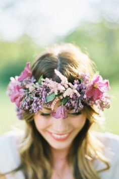 flower crown. Read more - http://www.hummingheartstrings.de/index.php/blumen/brautfrisuren-mit-blumenkranz/