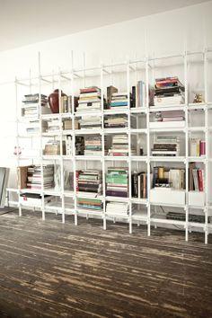De loft in Brussel van Fatti en Piere, is een combinatie van veel licht en wit met mooie houten meubels.