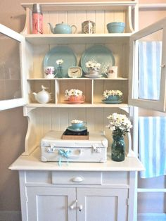 living ideas and more shabby beachy chic design ideas. Cottage Shabby Chic, Shabby Chic Beach, Beach Cottage Decor, Shabby Chic Decor, Coastal Decor, Cottage Style, Romantic Cottage, Lake Cottage, White Cottage