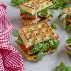 yumm I am trying this with fresh veggies! Healthy Waffles, Savory Waffles, Crepes And Waffles, Waffle Pizza, Waffle Sandwich, Sandwich Original, Bubble Waffle, Good Food, Yummy Food