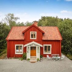 enkupigt taktegel - Sök på Google Scandinavian Cottage, Swedish Cottage, Building A Small House, Country Home Exteriors, Sweden House, Red Houses, House In Nature, House Paint Exterior, Coastal Homes