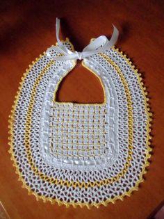 Babero amarillo y blanco, hecho por Eva