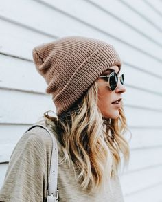 A classic cuffed beanie in a neutral hue - you can wear this whenever and where ever through winter and spring! The styling of our Midtown Slouch Beanie will ad Beanie Boos, Slouch Beanie, Beanie Outfit, Girl Beanie, Fashion Trends 2018, Moda Hipster, Outfits Mujer, Foto Casual, Cooler Look