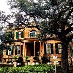 Owens-Thomas House in Savannah built in 1819 by English architect William Jay Visit Savannah, Savannah Chat, Savannah Georgia, Historic Savannah, Beautiful Buildings, Beautiful Homes, Beautiful Places, Victorian Style Homes, Old Mansions
