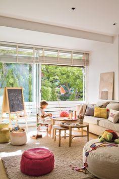 Salón con niño jugando