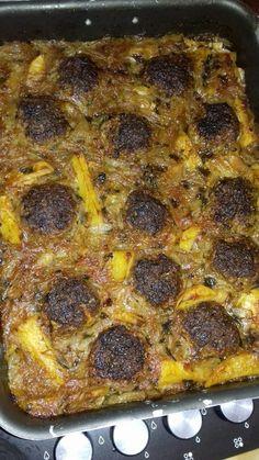 Κεφτέδες με κρεμμύδια (αφού τα αφήσουμε μέσα σε νερό να μην είναι το φαγητό βαρύ)και πατάτες στο φούρνο - 42