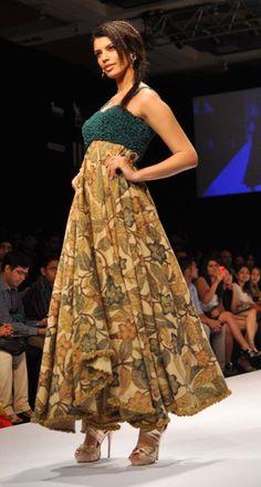 Designers Purvi Doshi, Shashikant Naidu and Vaishali Shadangule opened Day 3 of the fashion week with Indian creations. Kalamkari Dresses, Kalamkari Saree, Designer Anarkali Dresses, Designer Dresses, Pakistani Outfits, Indian Outfits, Stylish Dresses, Cheap Dresses, Kalamkari Designs
