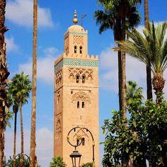 💦 Kutubiyya Mosque 💦 - największy #meczet Marrakeszu. Został wybudowany w 1147r. a potem zburzony i wybudowany od nowa, bo okazało się, że błędnie wyznaczono kiblę, czyli kierunek, w którym #muzułmanie zwracają się w czasie modlitwy. #wieża jest ozdobiona czterema kulami z miedzi, z którymi wiąże się bardzo ciekawa historia, o której opowiem na blogu 💙 Jak każdy meczet niedostępny jest dla turystów. . #mosque #mosques #mosquesofworld #meczety #kutubiyyamosque #koutoubia #kutubiyya… Ancient Greek Architecture, Gothic Architecture, Grand Mosque, Mayan Ruins, Rajasthan India, Angkor Wat, Vietnam Travel, London City, Incredible India