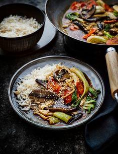 Try our vegan mushroom stir fry recipe. This stir fry recipe with mushrooms is an easy veggie stir fry recipe with a vegan stir fry sauce for a quick dinner Low Calorie Vegan, Vegan Stir Fry, Mushroom Stir Fry, Vegan Lunch Recipes, Recipes Dinner, Healthy Filling Snacks, Healthy Eating, Vegetarian Cabbage, Stir Fry Recipes