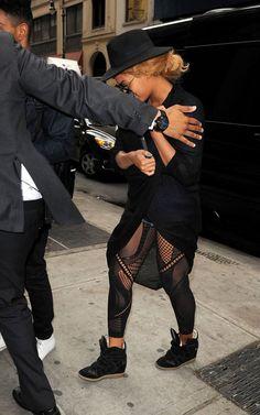 Beyoncé é flagrada entrando em escola de supletivo!!! ~ Rolling Soul