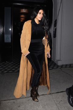 Kim Kardashian West in the Adidas Velour Tracksuit Estilo Kardashian, Kardashian Style, Kardashian Fashion, Adidas Velour Tracksuit, Velvet Tracksuit, Ärmelloser Mantel, Juicy Couture Tracksuit, Kim K Style, Kendall Jenner Outfits