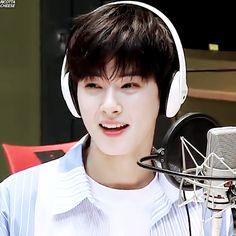 #ASTRO #Eunwoo Que vontade de colocar ele em um potinho de gliter e alimenta-lo com arco-íris e proteger de tudo e de todos :3
