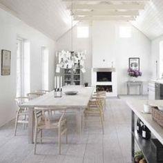 Woonkeuken met hoog in de nok een eenvoudige balklaag, dakplafond afgewerkt met horizontale schrootjes