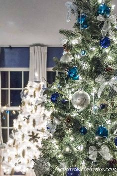 I love these elegant and glam Christmas tree ideas. With trees decorated in blue white pink gold silver red and even black there's all kinds of unique Christmas tree decorating ideas. Michaels Christmas Trees, Blue Christmas Tree Decorations, Purple Christmas Tree, Creative Christmas Trees, Christmas Tree Design, Decorating Ideas, Holiday Decorating, Decor Ideas, Primitive Crafts