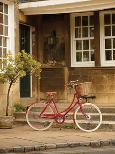 A Pashley! The bike I ride in my dreams, pedaling off into the sunset. Hand built in the UK.