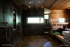 Ihanan tumma kylpyhuone ja sauna | Lovely dark bathroom and finnish sauna.