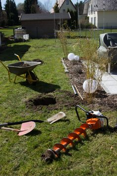 Mit einem Erdbohrer wird das 70cm tiefe Loch für das Fundament der Edelstahlrohre nicht zur Qual. Pulley, Wheelbarrow, Tutorials, Ideas, Winter Garden