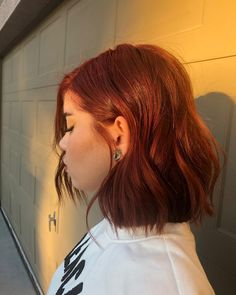 Expert Tips For Going Red When You're Naturally Brunette Hair Color Streaks, Hair Color Auburn, Hair Dye Colors, Red Hair Color, Short Auburn Hair, Deep Auburn Hair, Short Red Hair, Red Hair Inspo, Ginger Hair Color