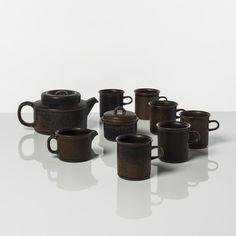 Ulla Procopé (1921-1968)  Service à thé  Série Ruska  Grès  Edition Arabia  Date de création : vers 1960  Théière : H 11,5 x Ø 15 cm  Six tasses : H 9 x Ø 8,5 cm  Pot à lait : H 7 x Ø 9 cm  Sucrier : H 9 x Ø10,5 cm #piasa_auction #piasa #design #auction #ceramics  #paris #parisauction #collectors #youngcollectors