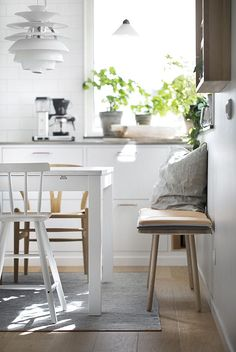 När vi renoverade köket i våras bytte vi ut två av stolarna runt matbordet mot en lång sittbänk. Jag ska väl ärligt erkänna att jag var lite orolig för om den idén skulle funka i praktiken (vissa…