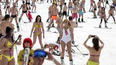 Esquiadores en bañador descienden por una pista de Roza Jútor (Sochi) el 9 de…