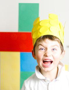 >Un compleanno da costruire< il festeggiato con la sua corona