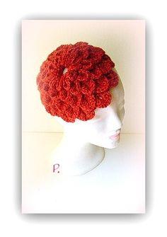 Wie eine große Blume wirkt dieser Kopfputz -  zweifädig gehäkelt im angesagten +crocodile stitch+, in einem satten, kräftigen Rot ...      Die Unte...