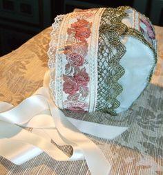 Dåpslue tosidig/vendbar, lys grønn/rød, silke. Christening bonnet, handmade by Lill Venke Hustvedt