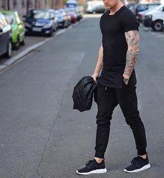 ジョガーパンツメンズ黒,黒Tシャツ着こなし