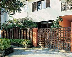 Muros e portões complementam a fachada - Casa