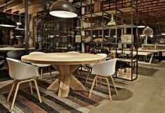 Ronde tafels - Zwaartafelen | Made in Holland Kitchenette, Interior Inspiration, Conference Room, Table, Furniture, Home Decor, Lounge Ideas, Showroom, Holland