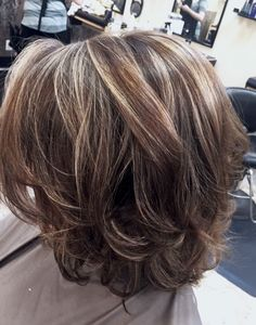 Ashy highlights and lowlights – friseur Short Hair With Layers, Layered Hair, Short Hair Cuts, Medium Layered, Medium Hair Styles, Curly Hair Styles, Cabelo Ombre Hair, Mom Hairstyles, Haircuts
