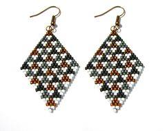 Boucles d'oreilles losanges en perles Miyuki à motifs triangles noir gris cuivre blanc : Boucles d'oreille par beads-and-coffee