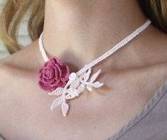 Raspberry Rose Crocheted Necklace with Baby Pink Leaves crochet - Rose Crochet Roses Au Crochet, Crochet Puff Flower, Crochet Flowers, Crochet Crafts, Yarn Crafts, Crochet Projects, Irish Crochet, Knit Crochet, Macrame Colar