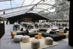 Moduplus Lounge mit Kipu Hockern und passenden Baumstamm-Loungetischen in einem transparenten Zelt Conference Room, Interior, Table, Lounges, Home Decor, Yellow, Party, Blue Prints, Outdoor Camping