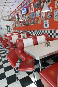 diner Arredamento Stile Americano: Sgabelli, D - Café Retro, Retro Cafe, Diner Aesthetic, Aesthetic Vintage, Diner Decor, Vintage Diner, 1950s Diner, Deco Restaurant, Retro Wallpaper