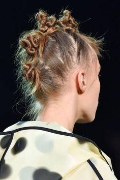 Hair Styles 2018 Best Beauty NYFW Spring The Raver Knots Discovred by : Byrdie Beauty Catwalk Hair, Runway Hair, Creative Hairstyles, Up Hairstyles, Pelo Editorial, Natural Hair Styles, Short Hair Styles, Hair Arrange, Grunge Hair