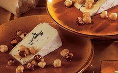 Ost med hasselnødder i ahornsirup Opskriften på ost med hasselnødder i ahornsirup er nem og giver en lækker dessert. Smagen af de ristede hasselnødder i ahornsirup er perfekt til skimmelost.