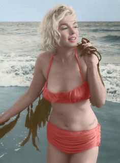 Marilyn Monroe, Santa Monica Beach, 1962. vintage everyday: 40 Iconic Moments of Marilyn Monroe in Bikini and Swimsuit from between the 1940s and 1960s